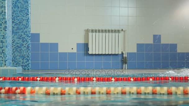 Modrá voda v bazénu a Sporstmen plave