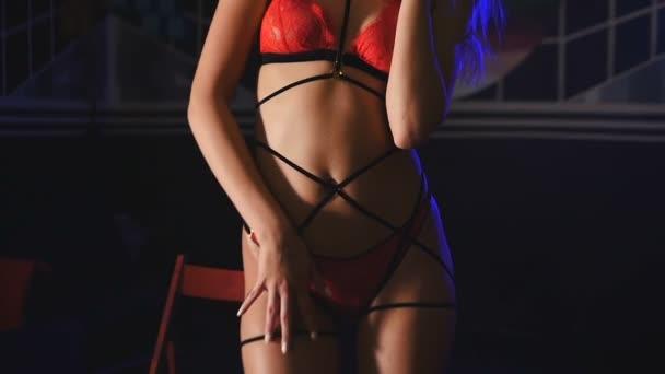 Closeup vzrušení ženy tančí v spodní prádlo