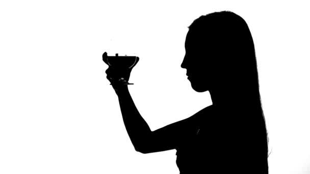 Žena pije víno silueta