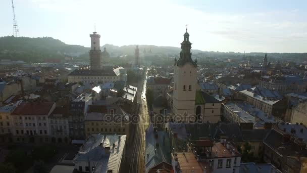 Letecké letu poblíž církve ve Lvově. Panorama Lviv: staré město a jiné objekty