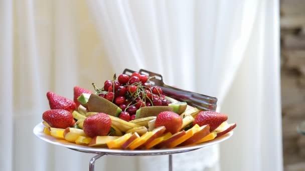Ízletes gyümölcs - cseresznye, eper, kivi, alma, őszibarack, körte a büféasztal