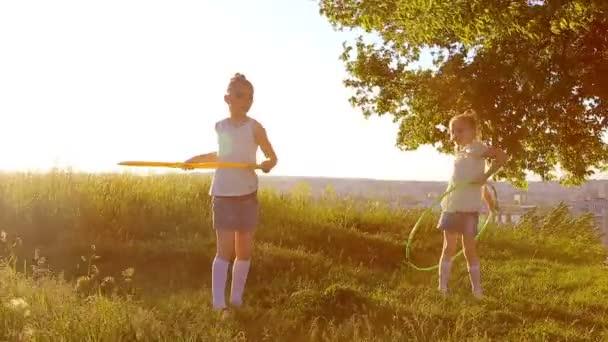 Dvě děti dívky hrát s hit