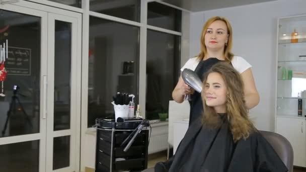Professzionális fodrász kiszárad a haj aranyos lány tini