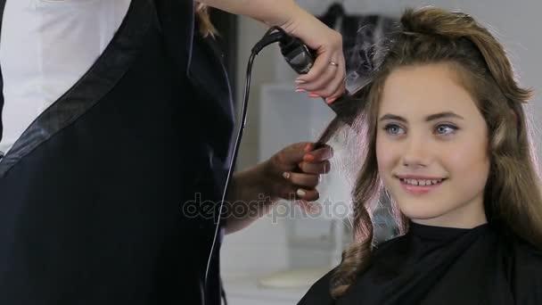 Profi fodrász stylist curling fel haj tini lány