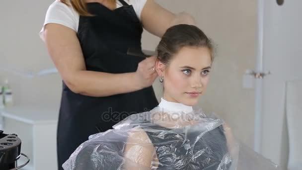 Profesionální kadeřník, stylista, příprava účes pro dospívající dívka pomocí Sponka pro upevnění vlasy