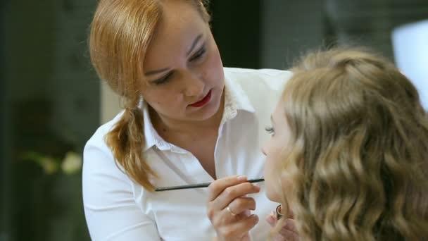 Professzionális sminkes teszi smink fiatal nő ajkak ajak ceruza.