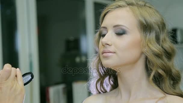 Profesionální vizážistka použití tonální krém mladá žena tvář