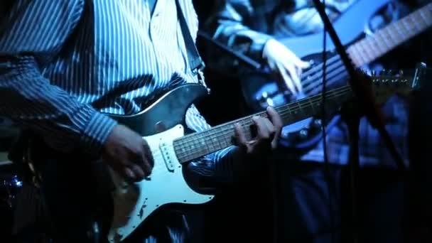 Rock and roll zenész játszik elektromos gitár koncertje.