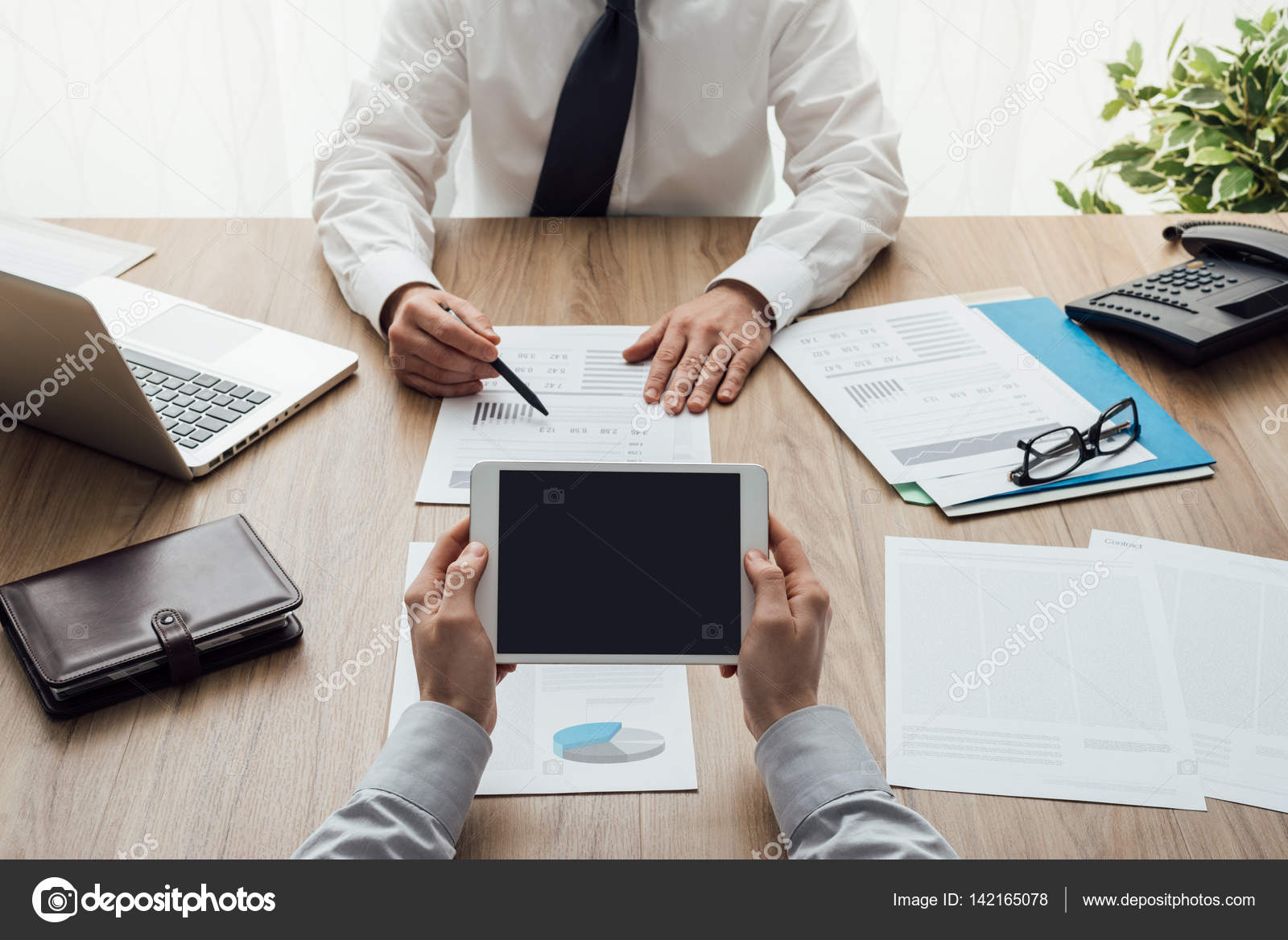 Schon Business Partner Arbeiten Am Schreibtisch U2014 Stockfoto