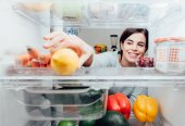 Žena s citronem z ledničky
