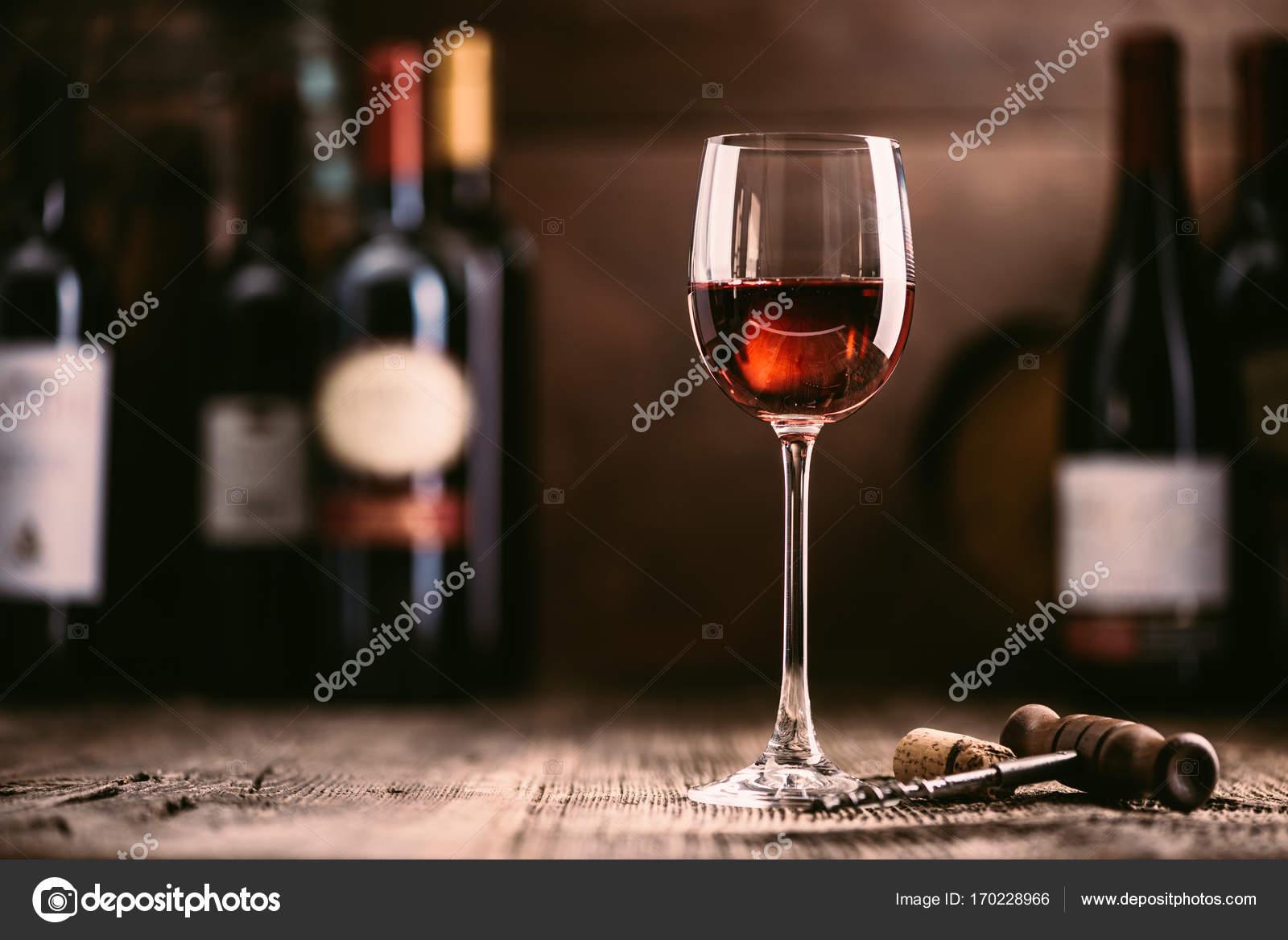 Glas Wein und Sammlung von hervorragenden Weinen — Stockfoto ...