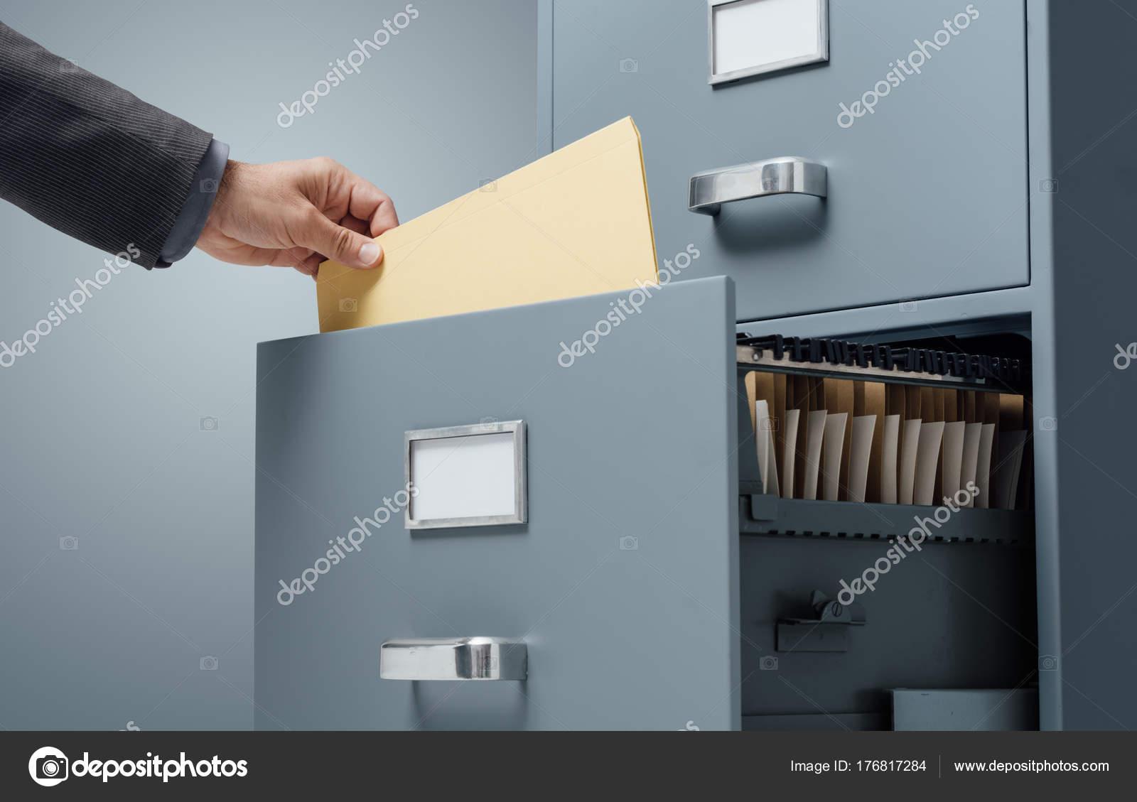 Mobili Archivio Ufficio : Impiegato ufficio ricerca file concetto deposito mobile archivio