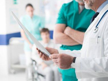 doctors examining patients x-ray