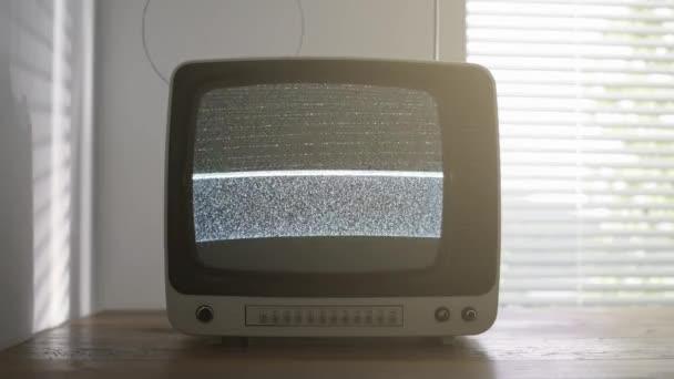 Vintage televíziós asztalon megjelenítésére a statikus zaj a képernyőn, a retro ébredés és a műsorszolgáltatás fogalma