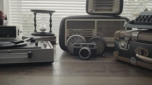 Kolekce historických objektů na stůl a gramofon, vinyl záznam se točí a přehrávání hudby, retro obrození koncept