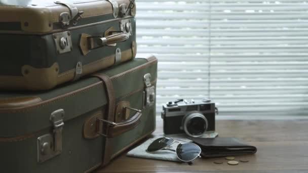 Kész csomagolt vintage bőröndök, a kamera, a Térkép és a pénztárca egy asztalon: utazási és idegenforgalmi koncepció