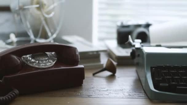 Staromódní spisovatel a reportér stůl psací stroj, vintage camera a gramofon: oživení koncept kreativity a retro