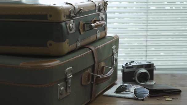 Připravené obědové vintage kufry, kamery, mapa a peněženku na ploše: koncept cestování a cestovní ruch