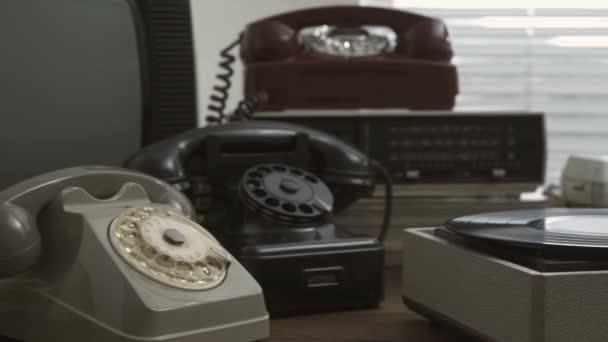 Kolekce historických objektů, gramofon a přesýpacích hodin, retro oživení koncepce