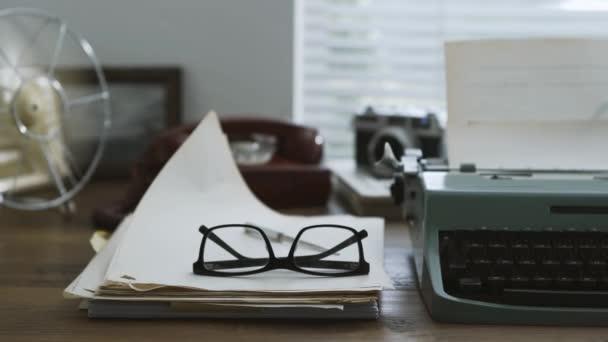 Régi vágású író és újságíró íróasztal írógép, vintage kamera és lejátszó: kreativitás és retro ébredés koncepció