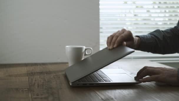 Bureau Bois Maison : Homme travailler avec ordinateur portable maison sur bureau bois