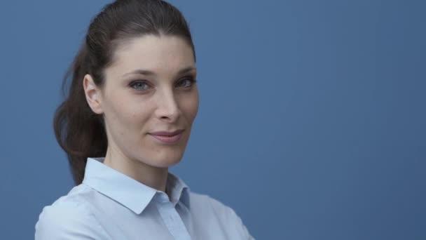 Mosolygó fiatal üzletasszony jelentő és látszó-on fényképezőgép, ő visel egy ing