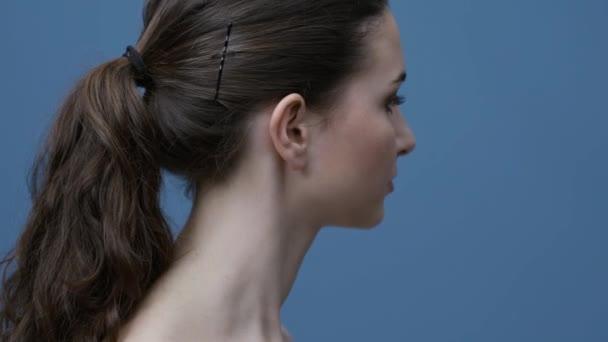 Gyönyörű fiatal nő, tökéletes a friss bőr, mosolyogva, és hunyorítva: szépség- és bőrápolás