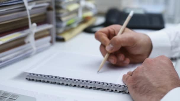 Model domu na hromadu papírování a realitní agent pracující na stůl: realitní, hypoteční úvěry a finanční koncept, dolly výstřel
