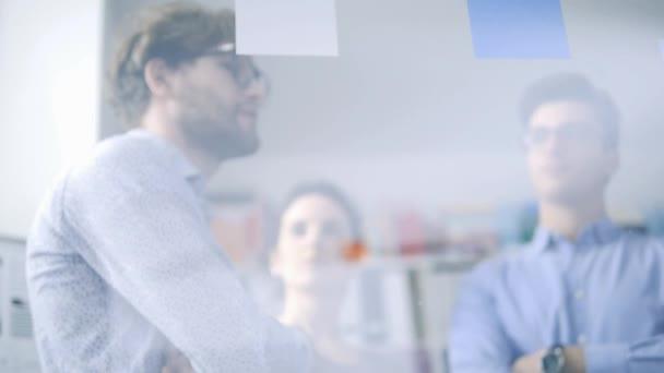 Junge kreative Business-Team-Meeting im Büro und ein Projekt gemeinsam zu diskutieren, ist ein Mann auf Haftnotizen, Teamwork und Start-up-Konzept zeigen.