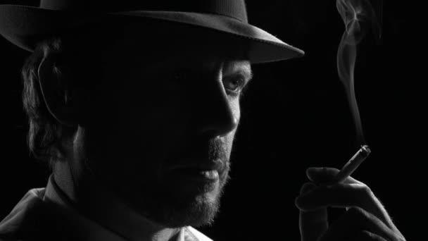 selbstbewusster Noir-Detektiv raucht eine Zigarette, dreht sich um und blickt in die Kamera