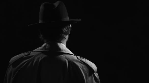 Retro-Noir Film Detektiv, ist er drehen und zeigt seine Waffe, der Kriminalität und der Mafia-Konzept