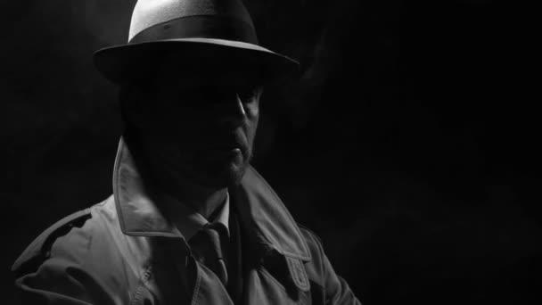 Retro-Noir-Filmfigur: Selbstbewusster Ermittler steht im Dunkeln und justiert seinen Trenchcoat