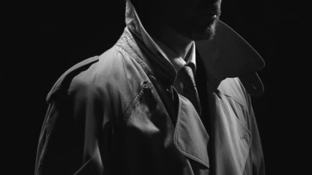 Retro-Detektiv Spion hielt einen Revolver in der Dunkelheit und schaut sich um, Noir Film Charakter