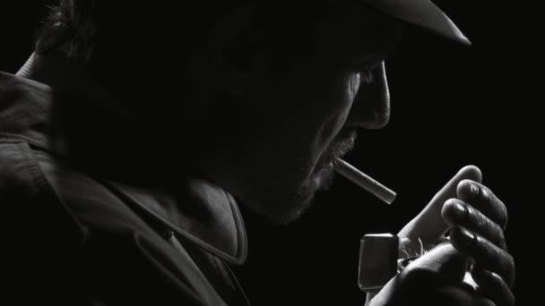 Noir Film Detektiv stehen im Dunkeln und rauchte eine Zigarette, trägt er einen Trenchcoat und einen Filzhut