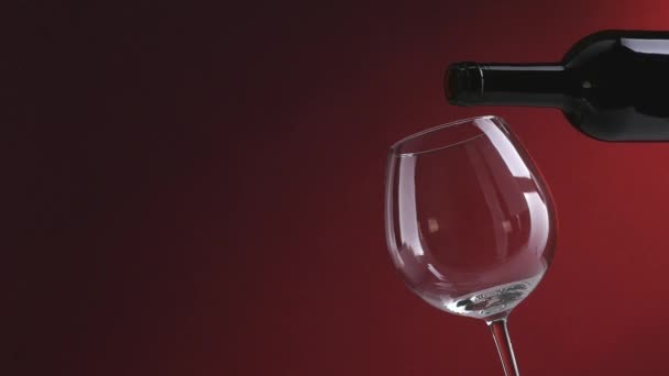 červené víno, nalil do sklenice