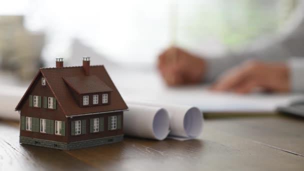 Architekt pracuje na projektu domu
