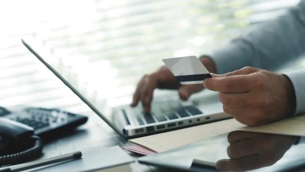 Üzletember, online fizetés bankkártyával