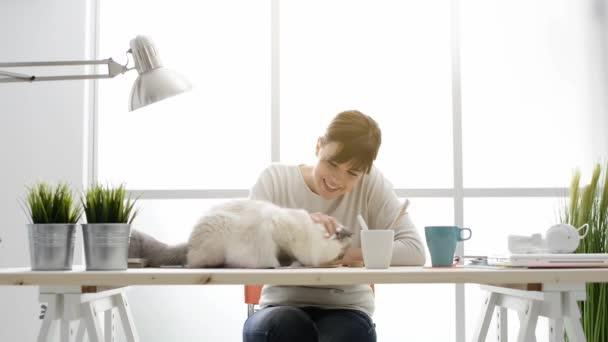 Frau kuschelt ihre schöne Katze