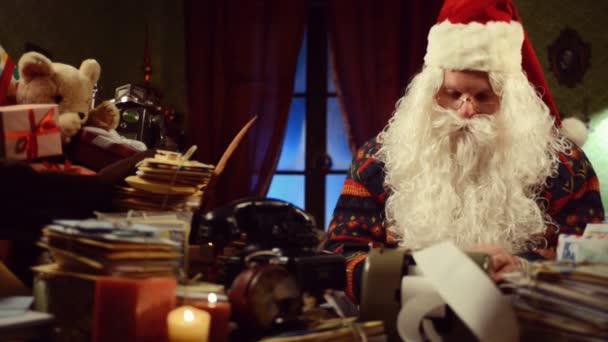 šokovaný Ježíšek během vánočního času při pohledu na příjmy a účty