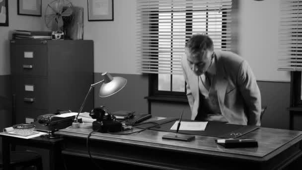 Oldtimer-Manager am Schreibtisch