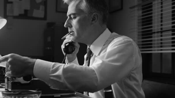Fünfziger-Jahre-Reporter am Schreibtisch