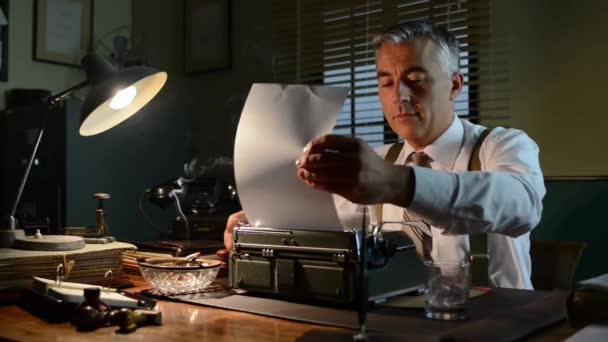 Büroangestellte legt Papier in die Schreibmaschine