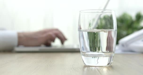 Feloldja a víz pezsgő tabletta