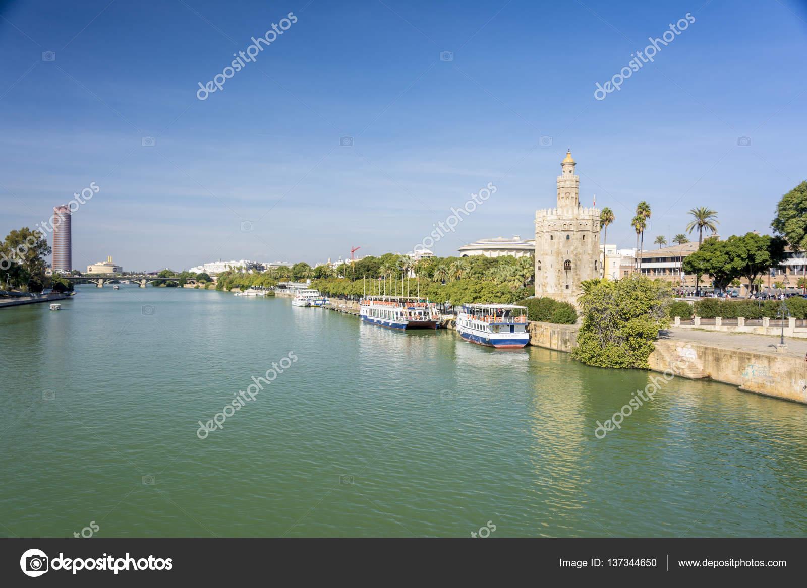 ゴールデン タワーまたはスペイン、セビリア、グアダルキビル川沿いのトーレ ・ デル ・ オロ. — ストック写真