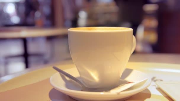 Detailní záběr na šálek kávy v kavárně