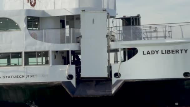 Szabadság-szobor Nemzeti Emlékmű és az arra járó Lady Liberty Cruise Ferrie