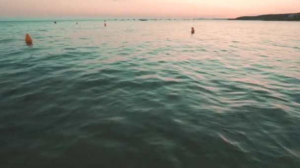 Čas západu slunce v zálivu Santo Tomáš na ostrově Menorca.