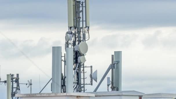 5G antény a GSM vysílače. Koncept pro vysokorychlostní 5G internet