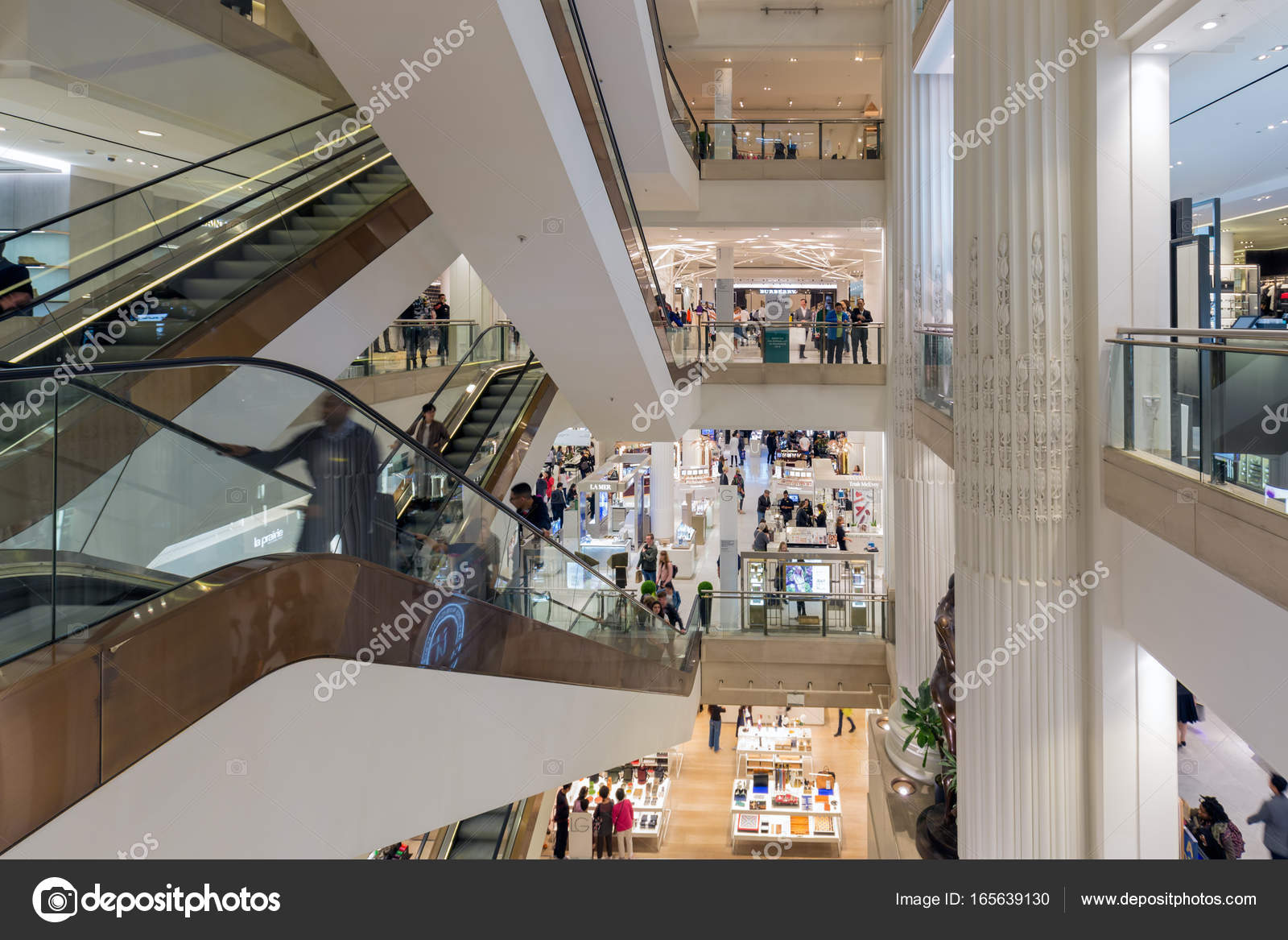 1a18cf70130 셀 프리 지 스 백화점 Lo 사람들 쇼핑 계단 – 스톡 에디토리얼 사진 ...
