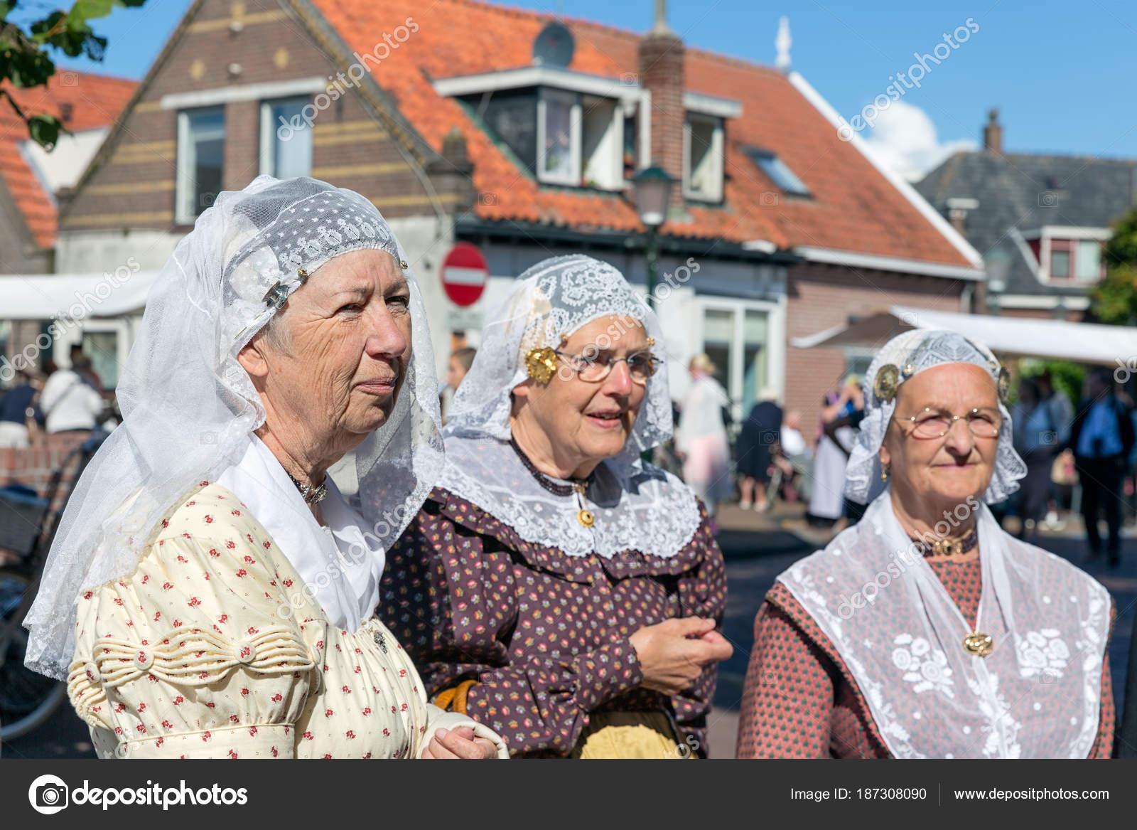 Nederlandse Kleding.Nederlandse Vrouwen Met Traditionele Kleding En Hoofddeksels Op